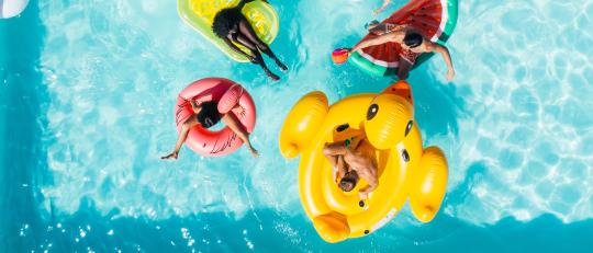 Aufblasbare Werbeartikel eignen sich hervorragend als Give Away für den Urlaub.