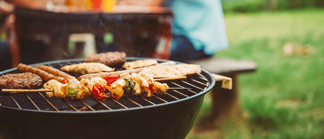 Gemüse und Fleisch auf dem Grill. Wir verhelfen Ihnen mit unseren Tipps zum perfekten Grillabend
