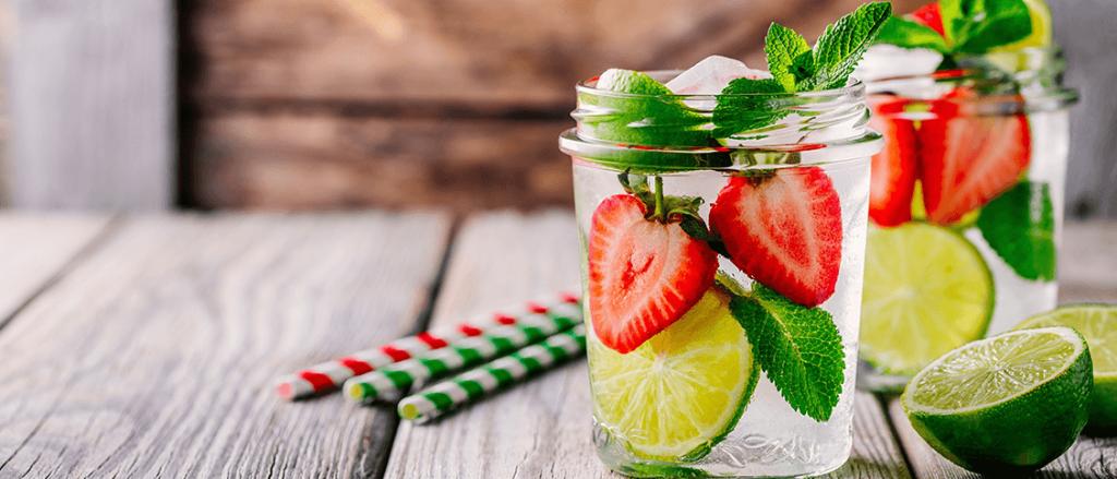 Das perfekte Erfrischungsgetränk mit Erdbeeren und Limetten im Glas
