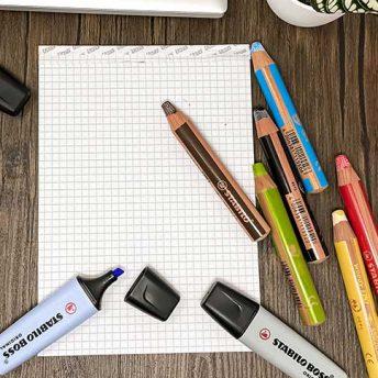 STABILO Schreibgeräte auf dem Tisch